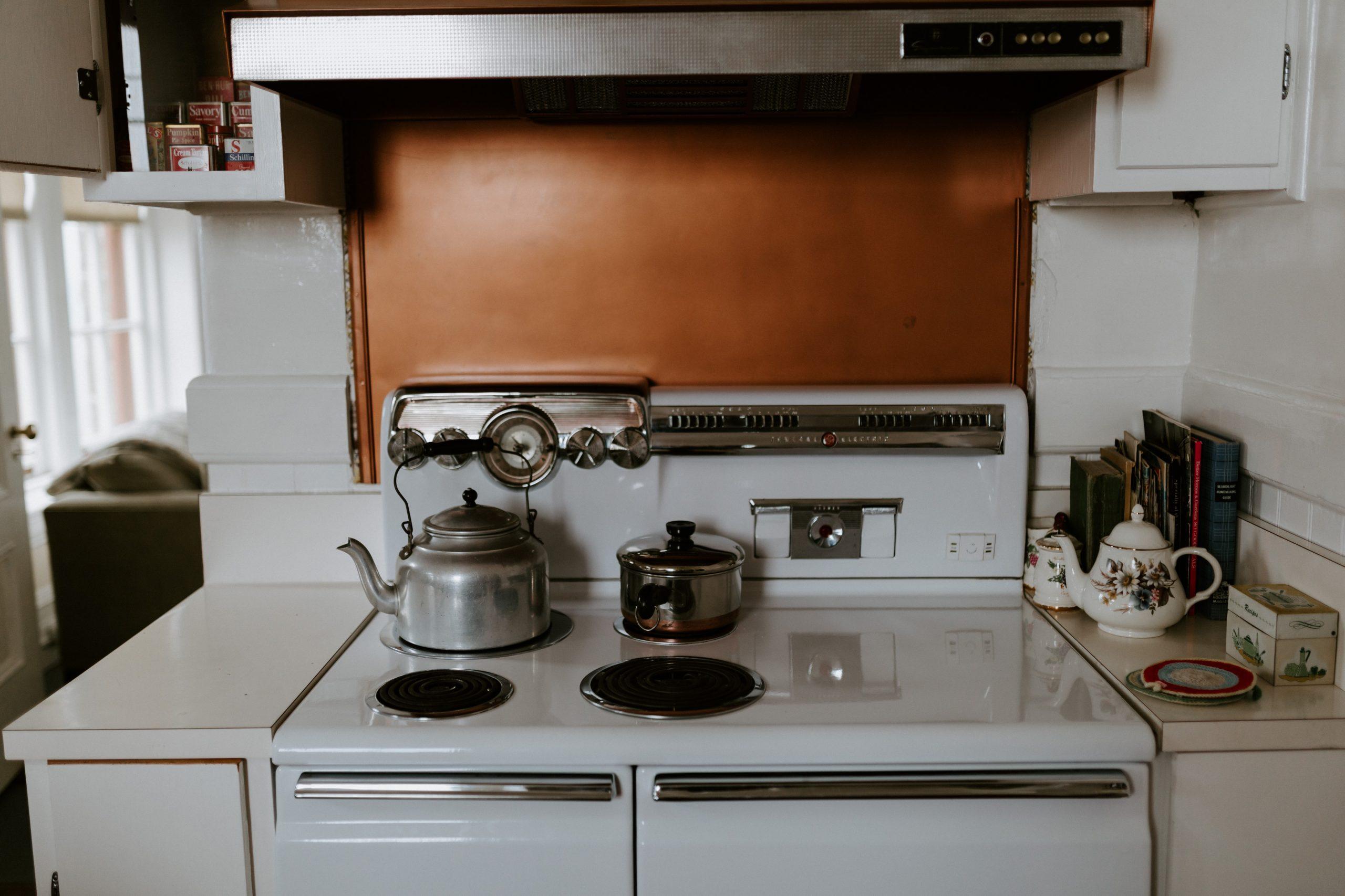 Cocina blanca con horno y estufa