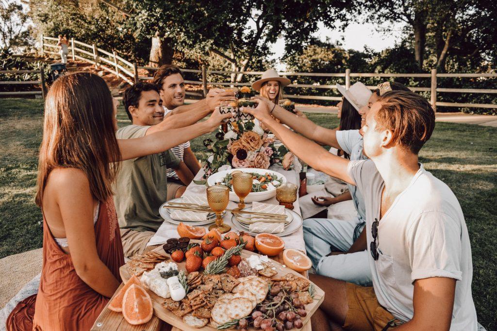 Grupo de amigos disfrutando de aperitivos al aire libre