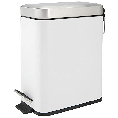 mDesign Cubo de basura rectangular de 5 litros de capacidad – Compacto contenedor de residuos con cubeta interior para oficina, baño o dormitorio – Moderna papelera de metal y plástico – blanco