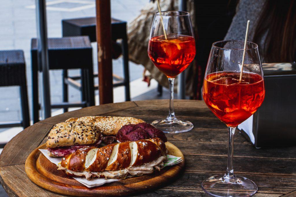 Baghet y dos copas de vino como aperitivo