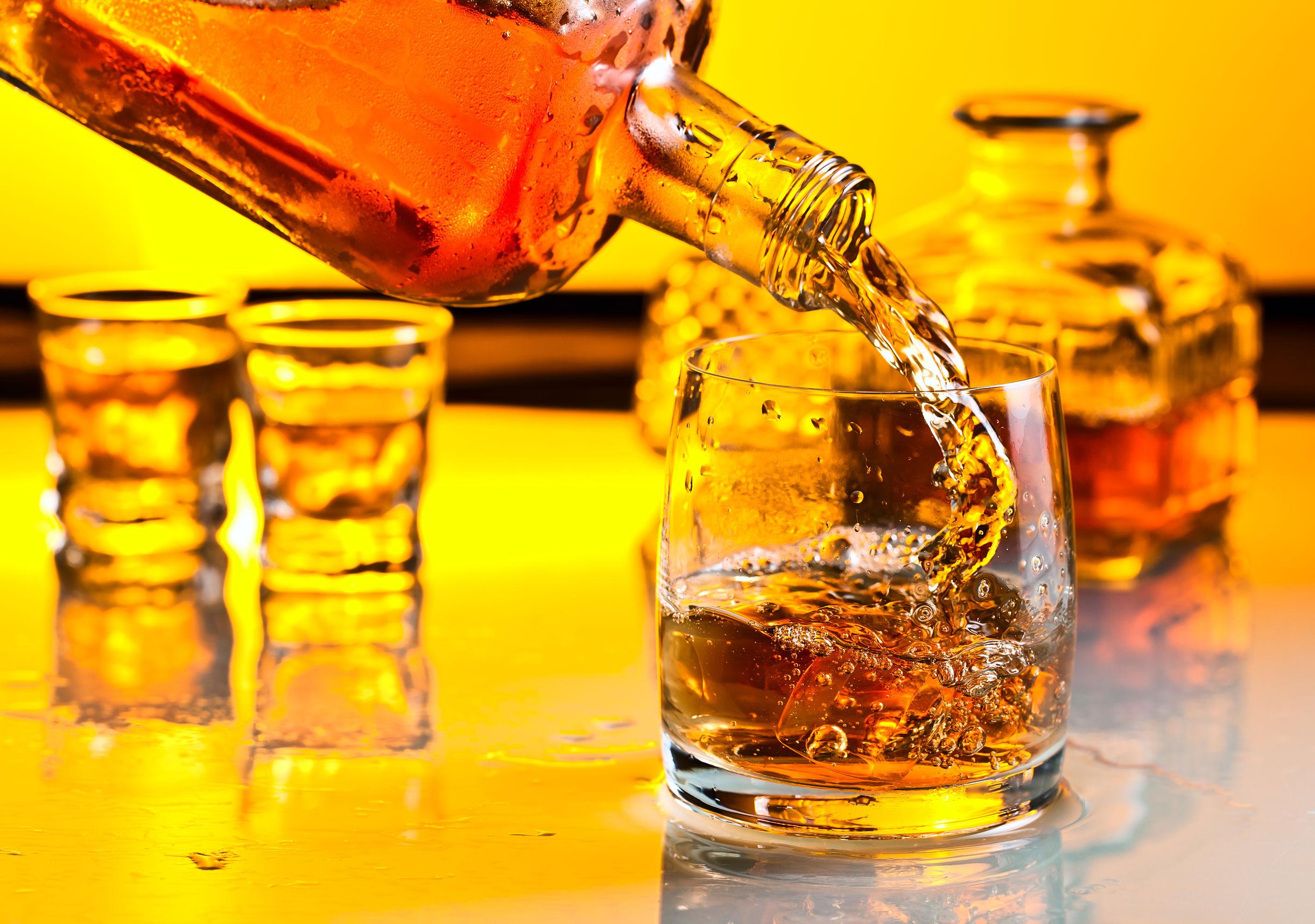 Sirviendo whisky