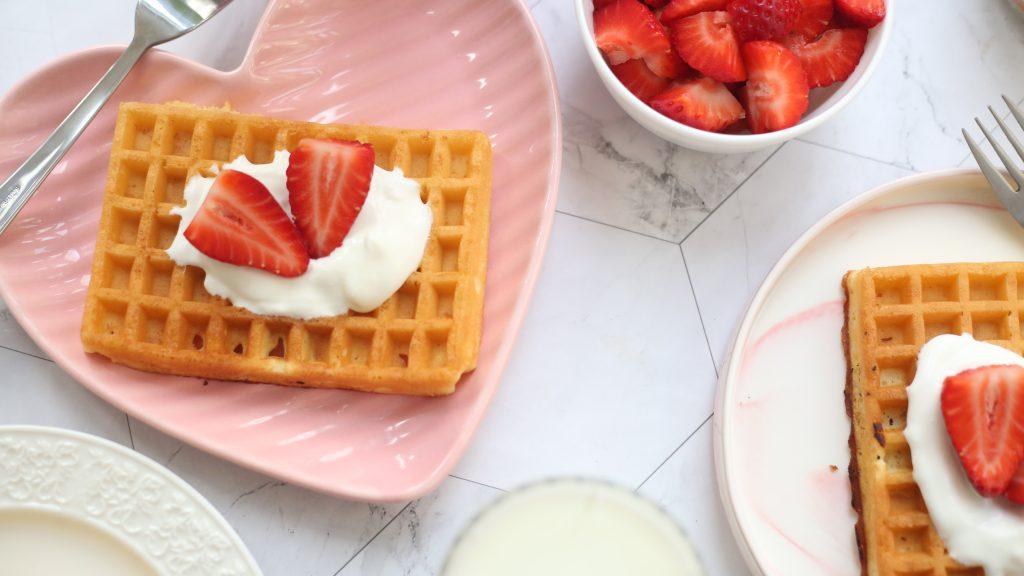 Waffles servidos en plato en forma de corazon
