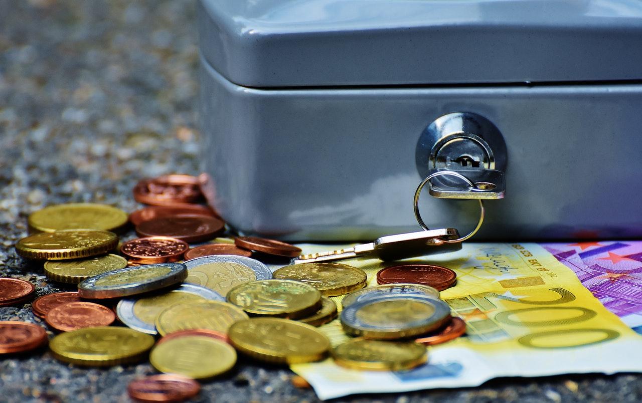 caja fuerte y monedas